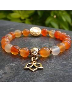 Bracelet en cornaline et sa médaille fleur de lotus et perle mandala dorées