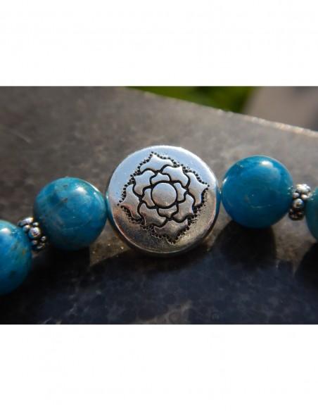 Bracelet en pierres naturelles d'apatite, perles bleues 8 mm, perle mandala et médaille fleur de lotus en métal argenté