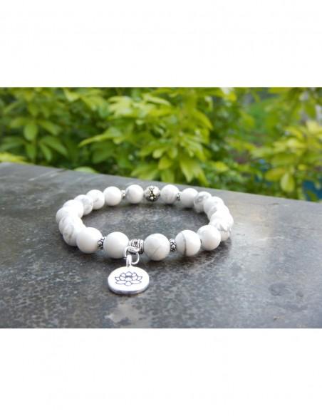 Bracelet en howlite, perles 8 mm et sa fleur de lotus