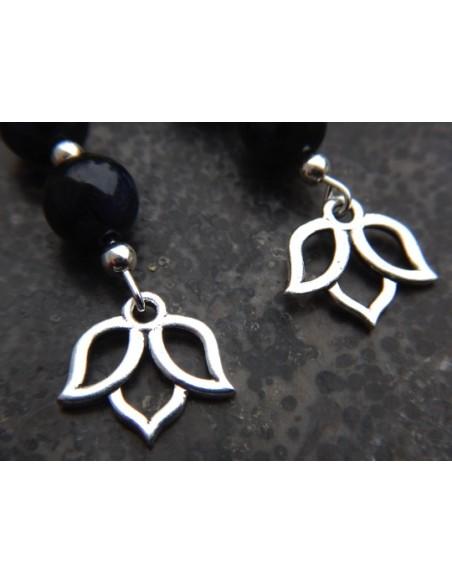 Paire de boucles d'oreilles en pierres naturelles d'oeil de faucon et sa médaille fleur de lotus