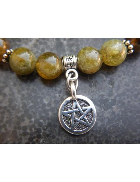 Bracelet en pierres naturelles de grenat vert, perles vertes de 8 mm, médaille représentant un pentagramme en métal argenté